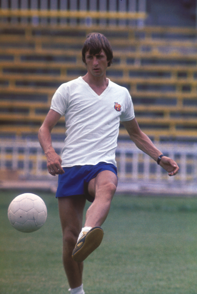 Cruyff training during his time at FC Barcelona. Photo: gahetna.nl