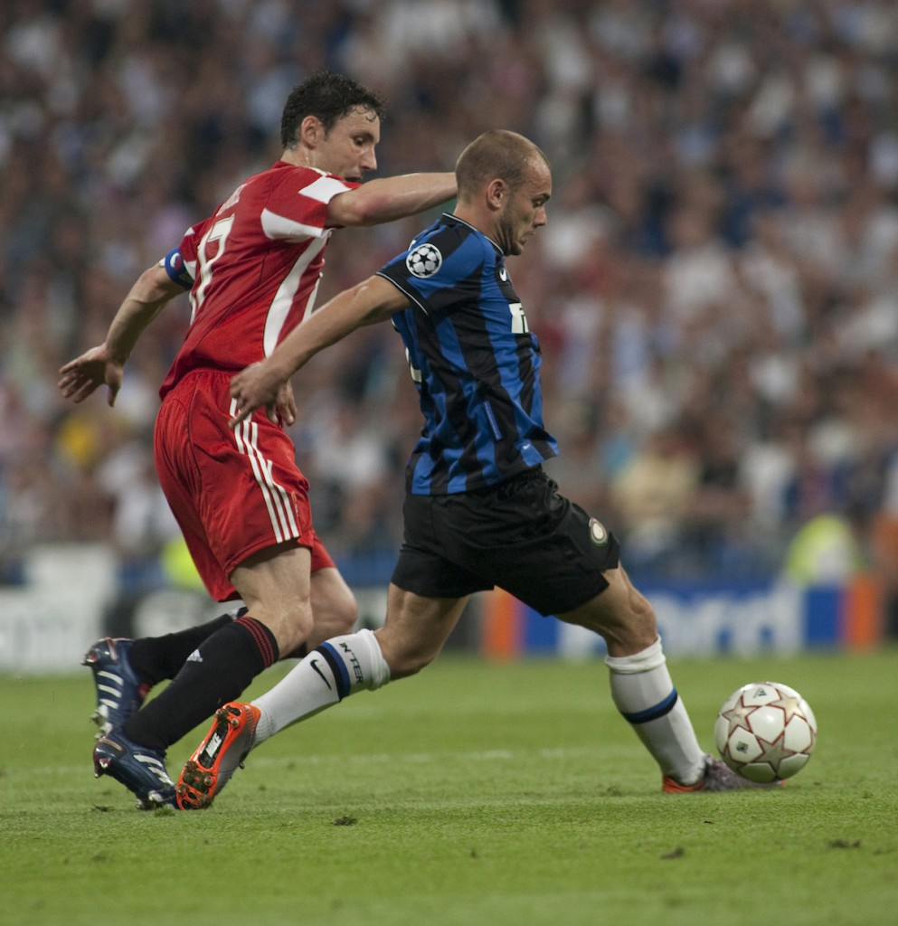 MADRID, SPAIN. 22/05/2010. Munich's midfielder Mark van Bommel (captain) and Milan's midfielder Wesley Sneijder in action during the Champions League final. played in The Santiago Bernabeu Stadium, Madrid. Inter Milan won the match 2-0.